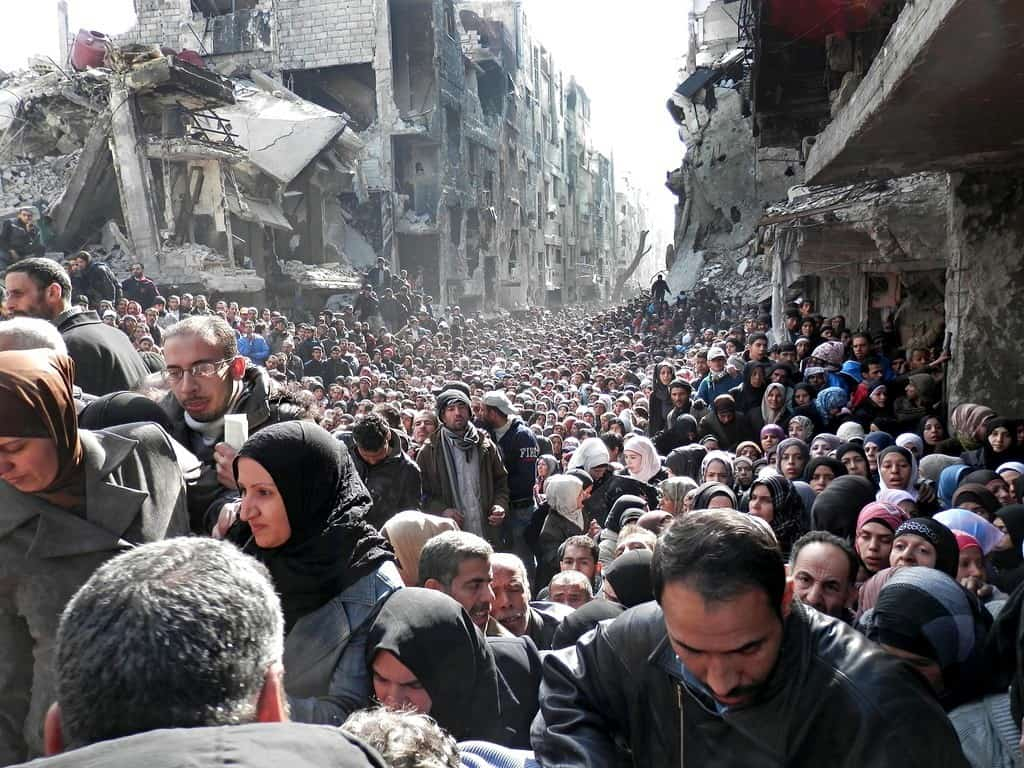 syrians waiting for food